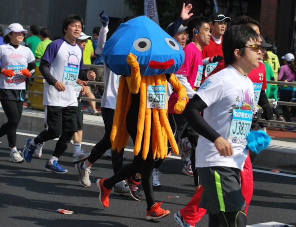 Costumed runner at Tokyo Marathon 2011 -- 
